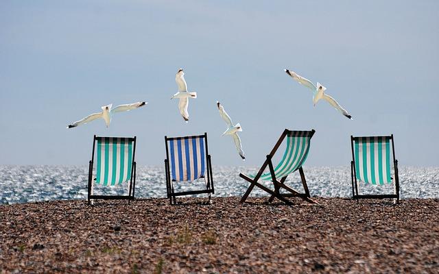 pruhovaná lehátka na pláži