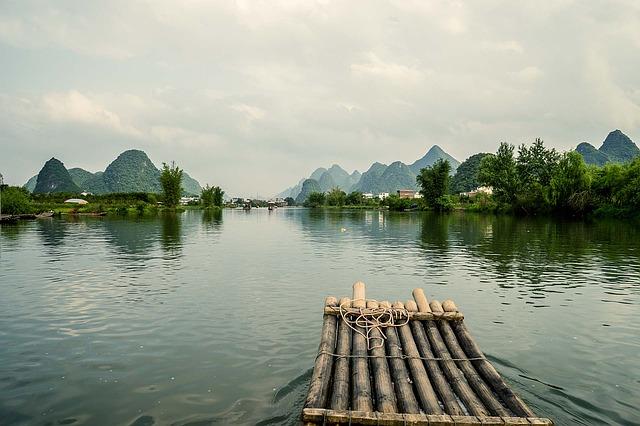 dřevěný vor na řece