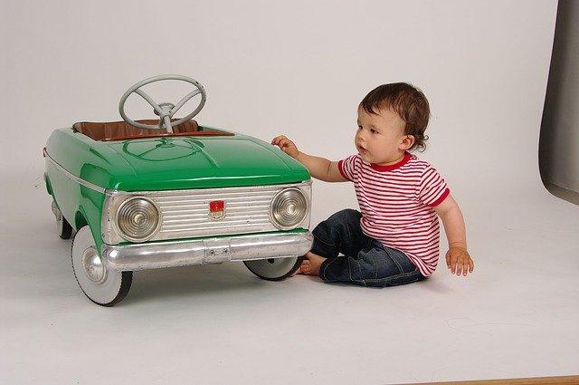 dětské autíčko s klukem