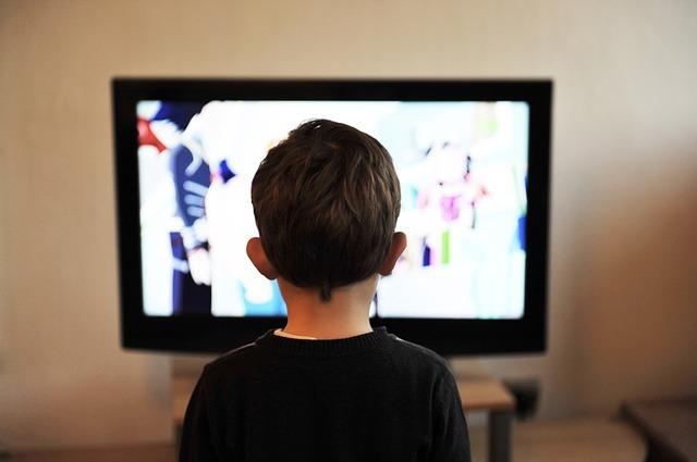kluk před televizí