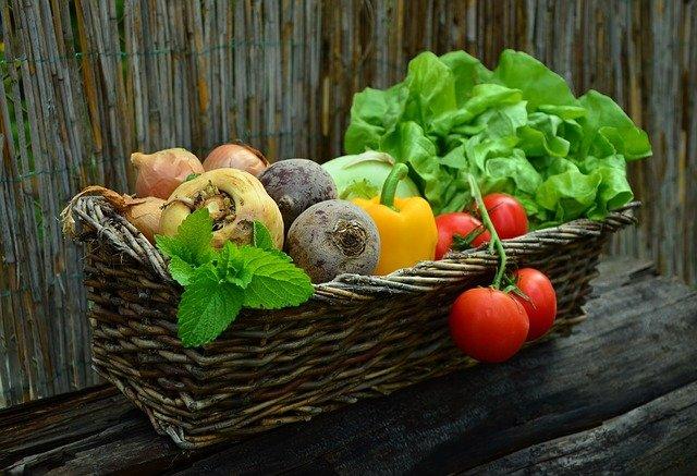 košík s čerstvou zeleninou