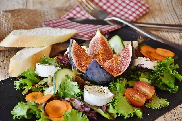 zeleninový salát s fíky a sýrem