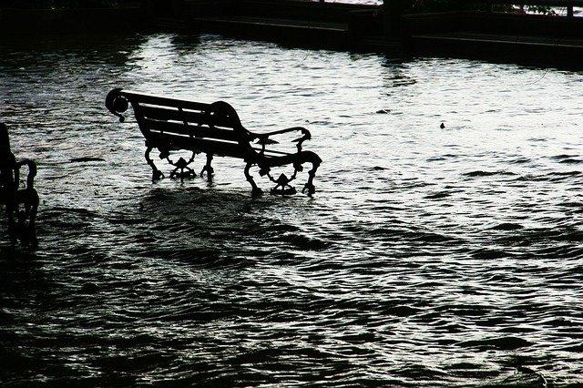 lavička v záplavě