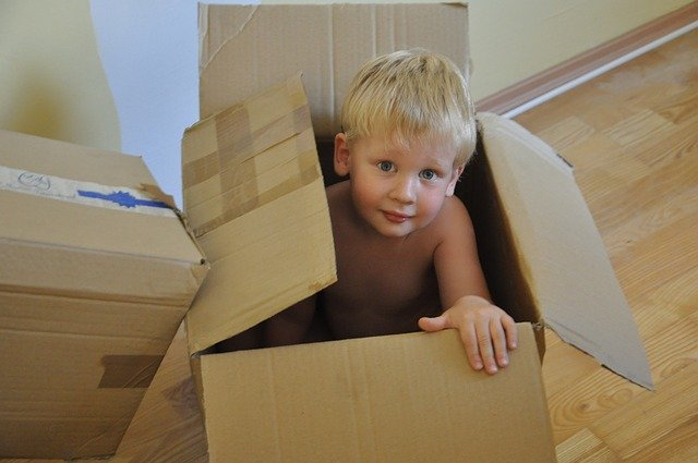 chlapec v kartonové krabici