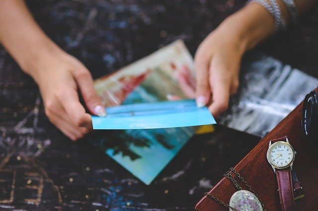 pohlednice v ruce