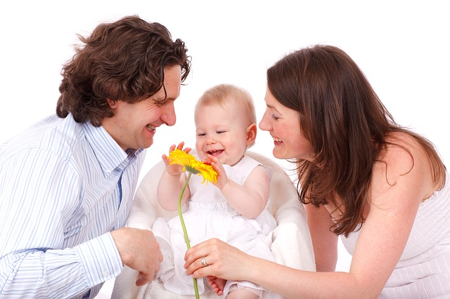 spokojená rodina s kytkou