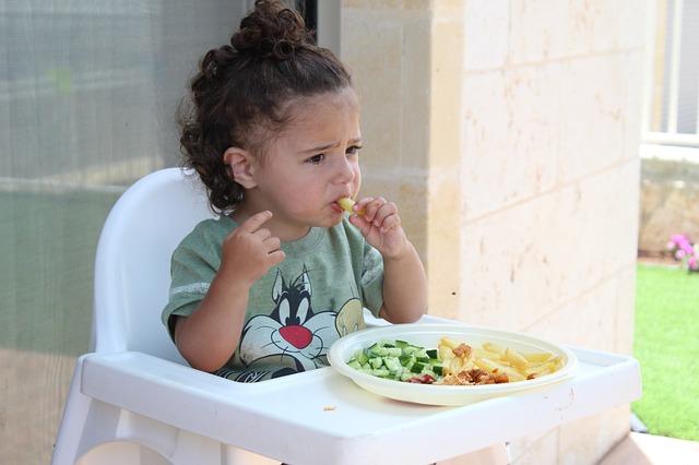 holčička u jídla