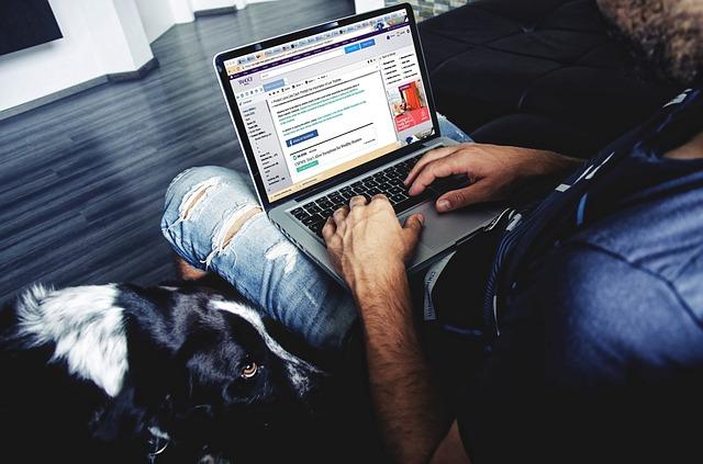laptop na klíně.jpg