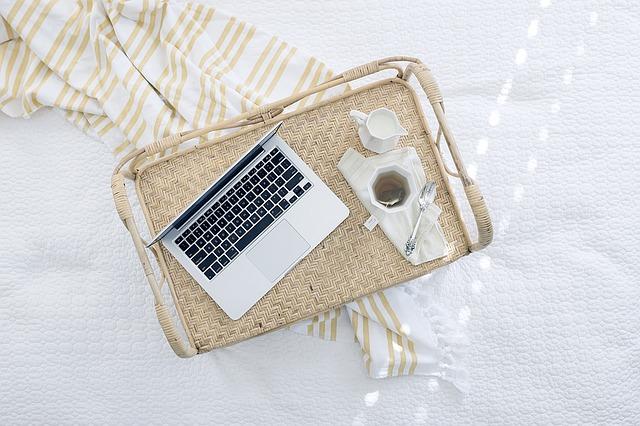 notebook na táce