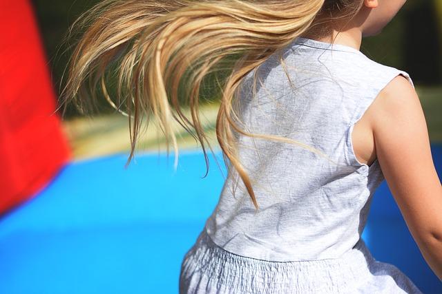 skákající malá holčička