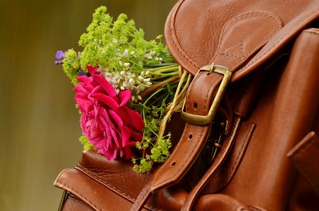 kytka na batohu