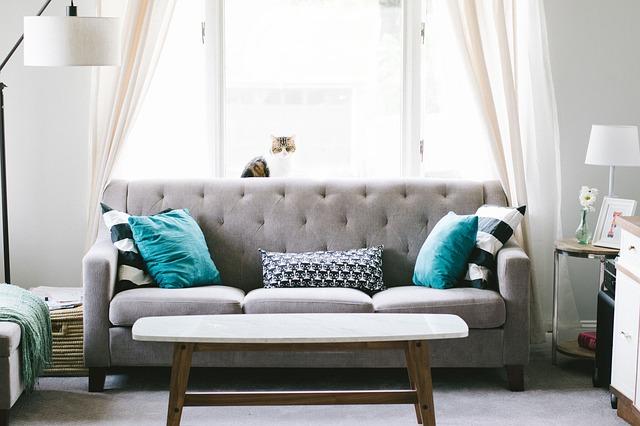 závěsy za gaučem