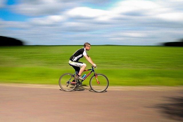 cyklista u louky