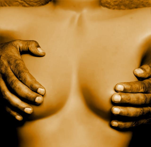 ruce na ňadrech