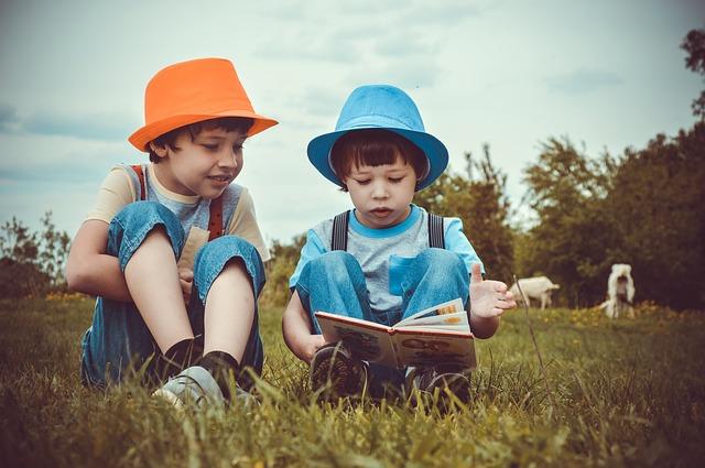 chlapci s knihou