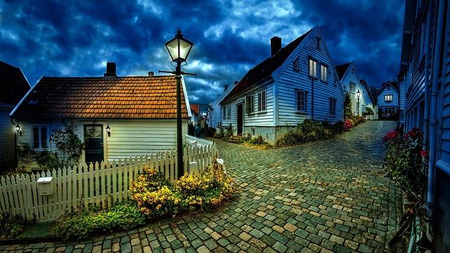 cesta mezi domky