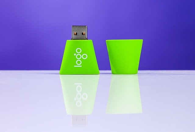 malý zelený flash disk