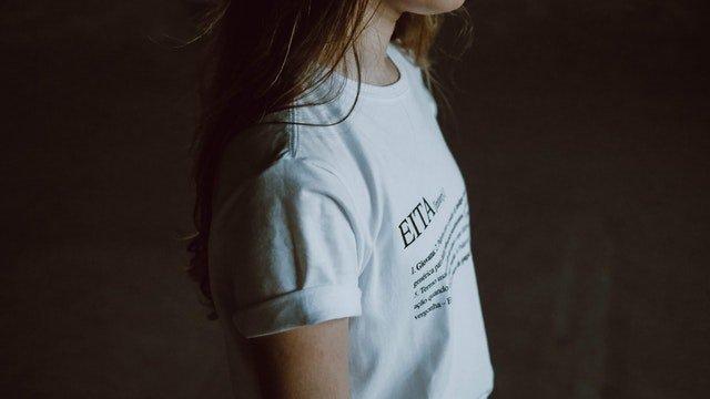 dívka v tričku