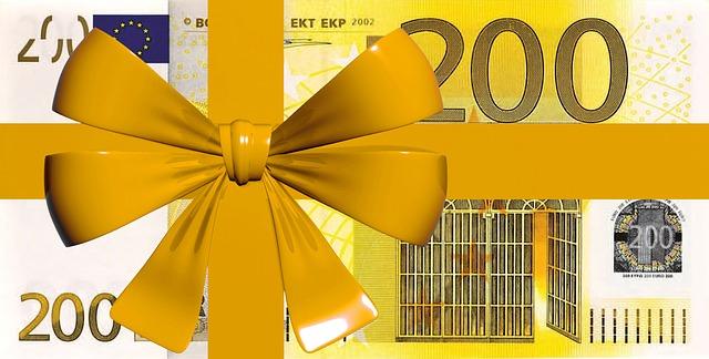 balíček peněz převázaných žlutou mašlí