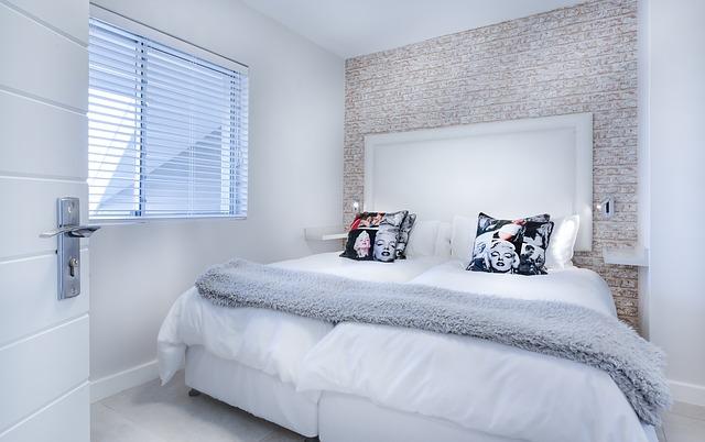 ložnice s bíle povlečenou postelí