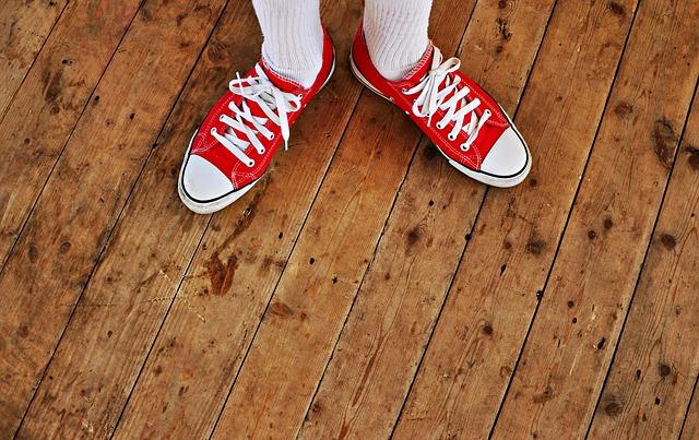plátěnky na dřevěné podlaze