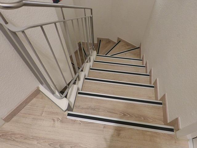světle hnědé točité schodiště – pohled shora dolů
