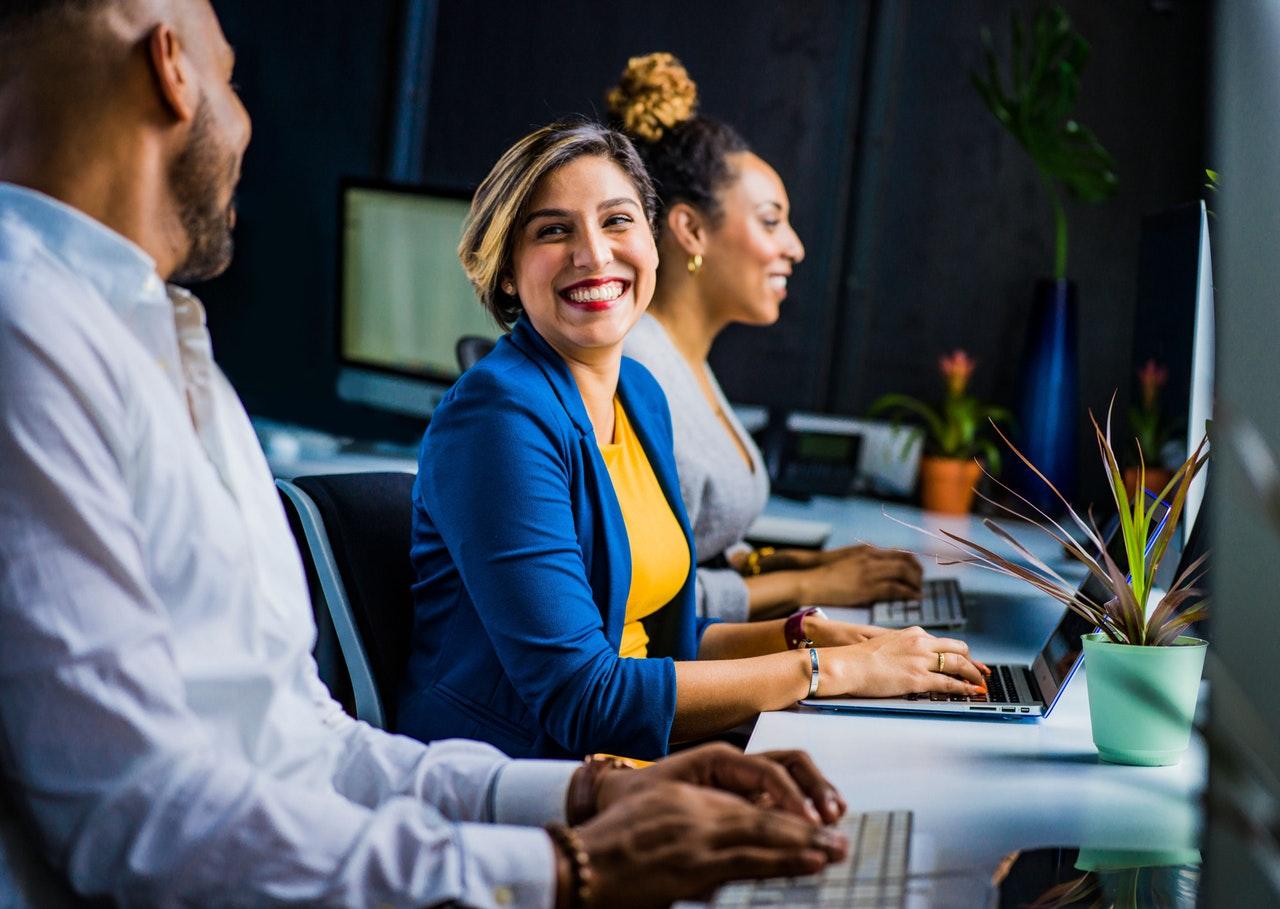 je radost, když všechno funguje – lidé v zaměstnání pracují s úsměvem na tváři na PC