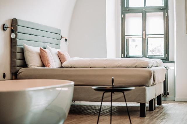 postel s vysokým čelem