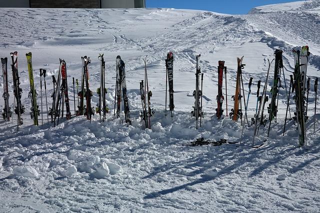 15 párů lyží zabodnutých pod sjezdovkou