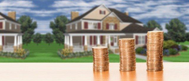 mince s domem v pozadí