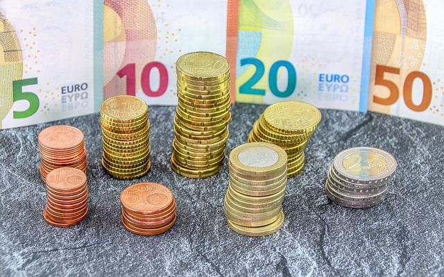sloupečky z mincí v ohrádce z bankovek