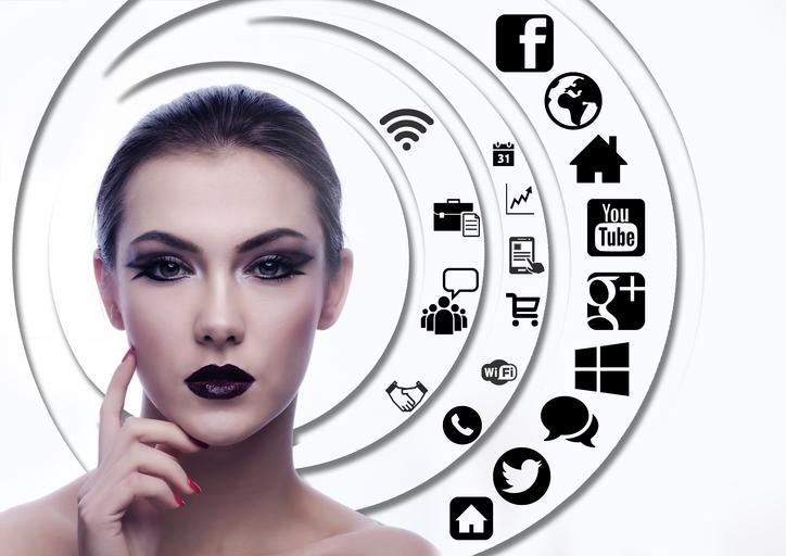 ženská tvář, hodně makeupu, výrazně nalíčená, vedle sebe má bublinu s internetovými ikonami