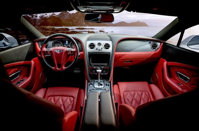 červený interiér v automobilu