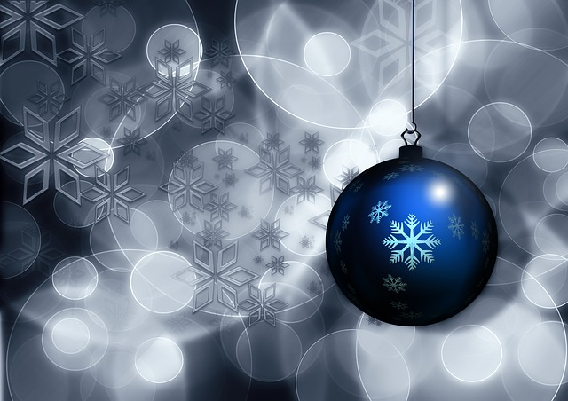 modrá vánoční koule