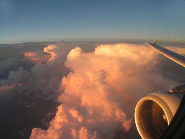 obrázek oblohy a mraků z okénka letadla