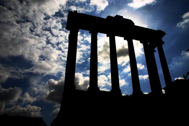 stará římská památka v ostrém kontrastu slunce