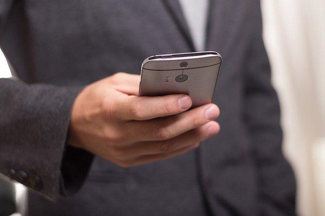 muž a mobilní telefon