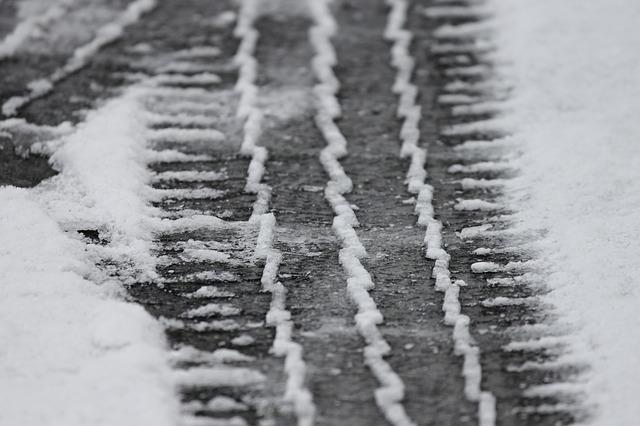 stopa pneumatiky ve sněhu silnice