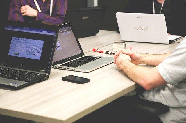 pracovníci s notebooky